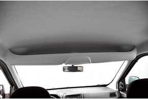 Открытые ниши довольно вместительны. Они есть и на передней панели, и над лобовым стеклом.