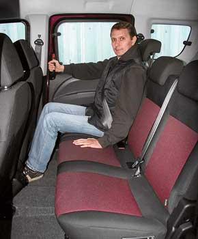 В переднем кресле сидишь достаточно глубоко, так что поддержка ног хорошая. Типичным минивенам Doblo Panorama уступает втом, что ряд нельзя двигать, как и менять наклон спинок.