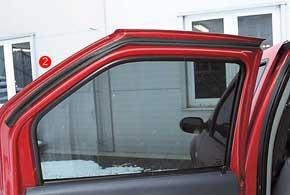Неплохой эффект дает установка дополнительного уплотнителя на дверь в районе прилегания уплотнителя крыши (2).