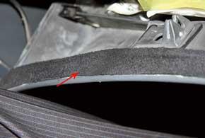 Крышки бардачков «замолкают» принаклейке D-образных уплотнителей окон и замшевых полосок «антискрип».