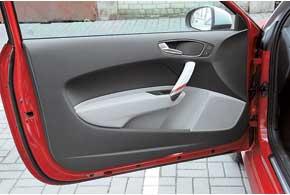 Строгость салона Audi разбавляет тюнинговая раскраска. Вдверях предусмотрено место под пластиковую бутылку.
