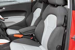 Удобные сиденья сдлинной подушкой хорошо держат ноги, а большой диапазон регулировок позволяет усесться очень удобно.