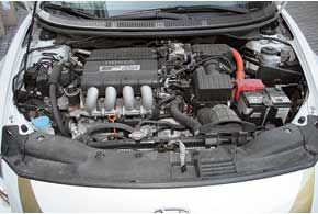Средний по объему (1,5 л) мотор CR-Z напару с электрическим «собратом» выдают 124 л. с. Дабы улучшить динамику и для соответствия внешности оставили МКП.