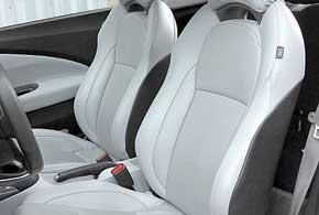 Сидеть за рулем CR-Z комфортно, новыбираться изнизкорасположенных кресел наименее удобно.