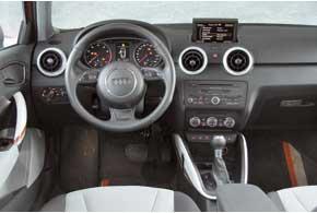 В Audi все удобно, добротные материалы, высококачественное исполнение – даже «крутилки» микроклимата поворачиваются с благородными щелчками и комфортными усилиями.