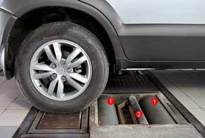 Каждое колесо тестируемой оси контактирует с двумя основными барабанами иодним вспомогательным.