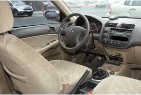 Серьезных претензий к качеству салона Civic нет, разве что в версиях 2005 г. может оборваться трос дистанционного открытия замка крышки бензобака. Видимость назад ограничивает высокая корма.