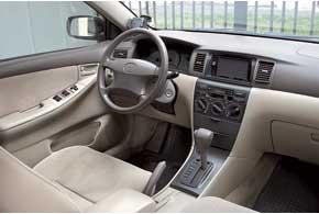 Претензий к качеству салона Corolla, износостойкости обшивки ишумоизоляции нет. При боковых маневрах левая стойка немного перекрывает видимость.