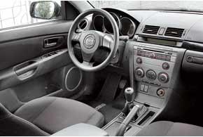 У «тройки» нередко протирается ковер в районе передних кресел (чаще – возле водителя). Шумоизоляция слабовата. Обзорность, как и у Civic, страдает из-за высокой задней части.