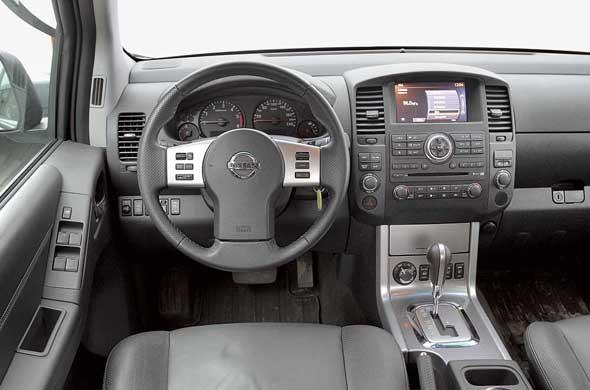 Единственный недостаток эргономики Nissan Navara – перегруженная кнопками центральная консоль.