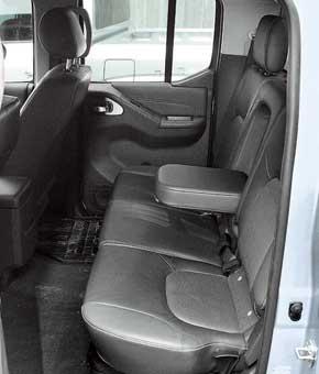 На заднем ряду, наоборот, подушка короче на 30 мм, установлена она низко и горизонтально, зато места вногах больше.