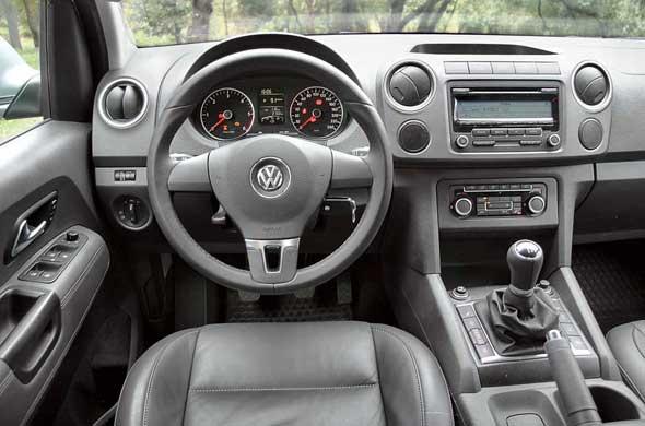 Дизайн узнаваем, а вот пластик жесткий, как у коммерческой техники концерна VW.