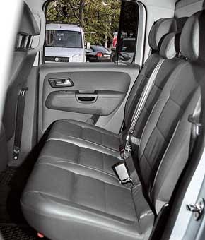 Подушка установлена под наклоном, поэтому сидеть удобнее. Подлокотника вотличие от Navara в VW Amarok нет.