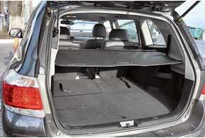 Объем багажника Highlander в семиместном варианте скромен– всего 290литров, авпятиместном– целых 1200 литров.
