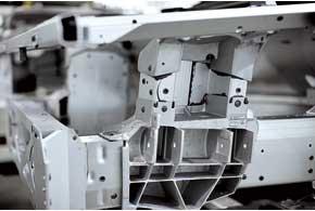 Силовые каркасы Aston Martin – из деталей на основе алюминиевых сплавов. Они собраны на сверхпрочном клею изаклепках.