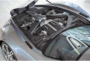 Пружины и регулируемые амортизаторы передка тоже лежат горизонтально. Двигатель смещен вниз и назад.