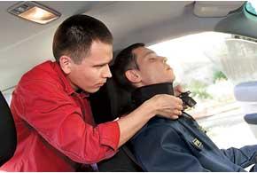 Наша задача– доприезда «скорой» обездвижить шею пострадавшего.