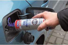 Удалить воду из бака можно и с помощью автохимии, апочистить фильтр грубой очистки убензонасоса лучше, демонтировав его.