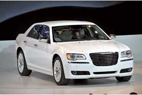 Chrysler 300 нового поколения продолжает идеи предшественника с яркой, импозантной внешностью (подробнее – на стр. 19).