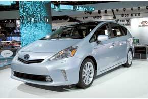 У гибридного минивена Toyota Prius V сиденья сделали поворотными, чтобы облегчить посадку-высадку.