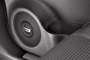 Аудиосистема Koleos Bose состоит из восьми соответствующим образом оформленных динамиков, включая сабвуфер в нише «запаски». Авдовесок – Bose Wave music system.