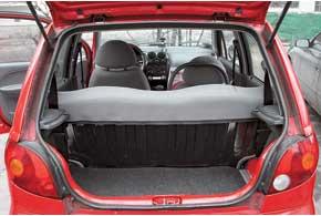 Багажник Matiz  в«походном» состоянии очень мал – всего 165 л, но, сложив задние сиденья, его можно увеличить до 656 л, чего достаточно, например, дляперевозки небольшого холодильника (правда, сприоткрытой пятой дверью).