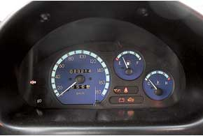 На щитке приборов – необходимый минимум, а тахометра нет даже на более мощных, 1,0-литровых версиях. Голубая градуировка поднимает  настроение.