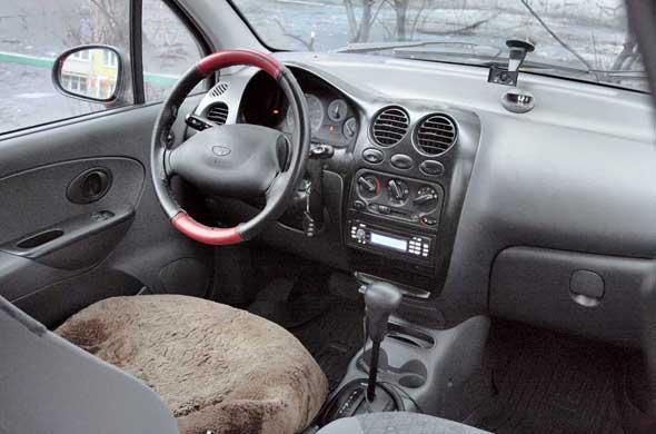 Несмотря на жесткий пластик, отделка салона не создает посторонних шумов. Обшивка сидений хорошо переносит испытание временем и даже на старых авто выглядит вполне прилично.