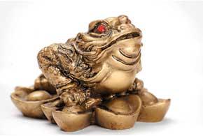 Считается, что трехлапая жаба смонеткой во рту – очень сильный денежный талисман, приносит богатство и финансовую удачу.