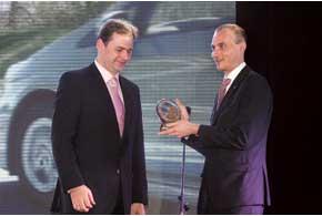 Генеральный менеджер «Тойота Украина» Андрей Боярчук (на фото справа) получил статуэтку залучший гибрид отдиректора по маркетингу «Камион-Ойл» ИгоряЛещинского.