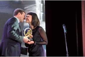 Оксана Осадчук, заместитель директора по продажам компании «АвтоКапитал», принимает поздравления за победу «крылатой стрелы» Mercedes-Benz SLS AMG.