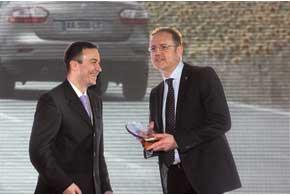 Председатель Правления «Рено Украина» Марк Леграсье (справа) получил приз из рук главного редактора «Автобазара» Юрия Негрея.