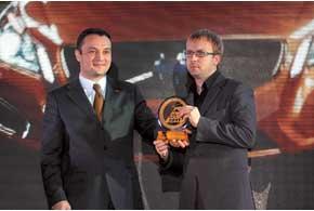 За победу в среднем классе главный редактор «Автоцентра» Сергей Матусяк вручил награду бренд-директору Volvo компании «Виннер Импортс Украина» Дмитрию Маркову (справа).