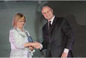 Глава «Пежо Украина» Серж Банзе принял награду из рук очаровательной Карен Макфи, директора по продажам гостиницы InterContinental Kyiv.