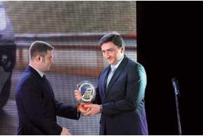 Генеральный директор «Ниссан Мотор Украина» Андрей Нестеренко празднует триумф Nissan Navara среди пикапов.