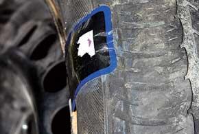 Внимательно следует относиться и к установке шин, ремонтировавшихся при боковых проколах. Довольно часто у нас не соблюдают технологию ремонта таких повреждений, и в результате полежавшая шина может потерять герметичность из-за отклеивающейся заплатки.