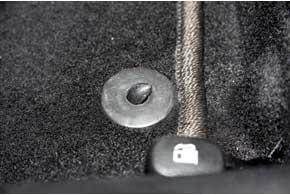 У некоторых моделей авто на полу есть специальные кронштейны для крепления ковриков, поэтому последние нужно подбирать точно под модель. Иначе крючок будет рвать новый коврик, а не держать его.