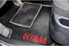 Для самых протираемых мест в зоне педалей у некоторых комплектов есть специальные мини-накладки налипучках.