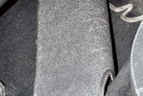 Тыльная сторона ворсовых ковриков должна быть шероховатой, а основа– жесткой, чтобы она несобиралась вгармошку.