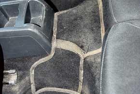 В некоторых комплектах ковриков для закрытия тоннеля пола у задних сидений имеются практичные ступенчатые коврики-переходники.