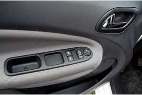 Электропривод зеркал и передних стеклоподъемников есть во всех комплектациях. Задние электростеклоподъемники– в обширном пакете опций City за $400.