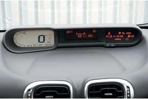 Как и у Citroёn С4 Picasso, электронная панель приборов расположена по центру торпедо.