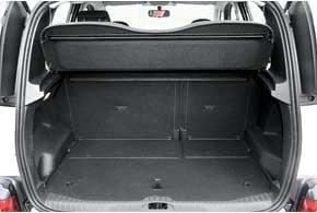 Объем багажника (385 л) немал. При сложенных задних сиденьях пол получается идеально ровным, если установить специальную  крышку-дно.