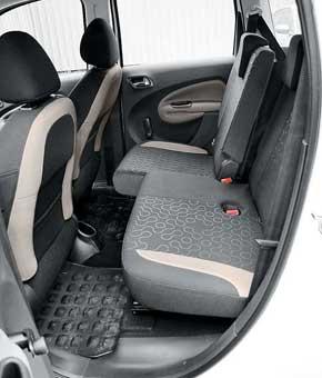 Регулировка высоты сиденья водителя есть уже в базовом оснащении. Задний ряд кресел можно сдвигать вперед/назад и регулировать наклон спинок.