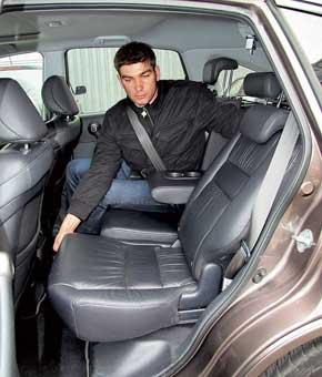 Сиденья в Honda хоть и жесткие, но достаточно удобные. Ведь тут можно регулировать наклон подушки. CR-V позволяет менять наклон спинок заднего ряда в довольно широком диапазоне. Тут же можно перемещать диван, что недоступно ни у одного из конкурентов. Ровный пол оценит средний пассажир.