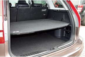 Специальная полка  позволяет менять этажность багажного отсека CR-V. При необходимости ее можно уложить на полу.