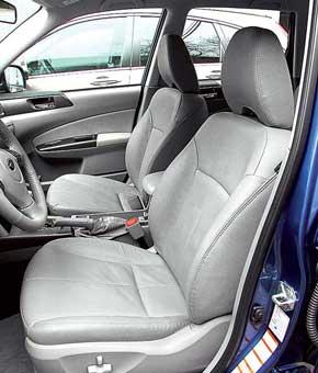 Посадка в Subaru глубокая и по-спортивному плотная. Так же, как в Honda, можно менять наклон подушки, так что поддержка ног оптимальная. Сиденья обоих рядов в Subaru расположены заметно ниже, чем у конкурентов. Места над головой и для ног больше всего.