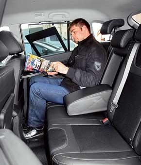В отличие от Nissan на переднем ряду Renault над головой и в плечах посвободнее. Второй ряд Koleos не сдвигается. Ногам тесновато, но не так, как в Nissan, да и салон шире. Сидеть и выбираться так же легче. Сзади в Koleos есть шторки, столики, отдельные воздушные дефлекторы и пульт управления силой обдува.