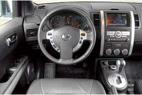 После обновления в Nissan появился новый блок медиацентра. За качество материалов X-Trail добирает баллы благодаря мягкому, дорогому на вид пластику. Меняя громкость аудиосистемы на руле, приходится сильно опускать руку.