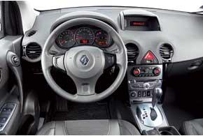 Так же как, и в Nissan, передняя панель Koleos сделана из мягкого пластика. Но в Renault климат-контроль двухзонный. Правда, в базовой версии придется довольствоваться только кондиционером.